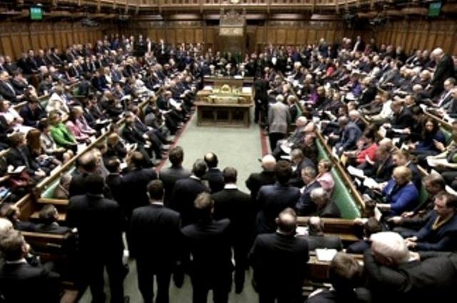 El Parlamento británico aprobó el avance de un proyecto que anula parte del acuerdo del Brexit