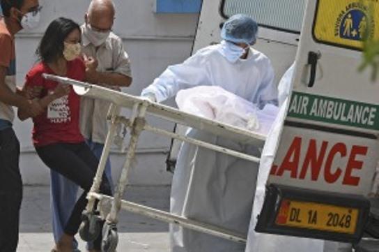 India, devastada por la pandemia, registra nuevos récords de muertes y contagios
