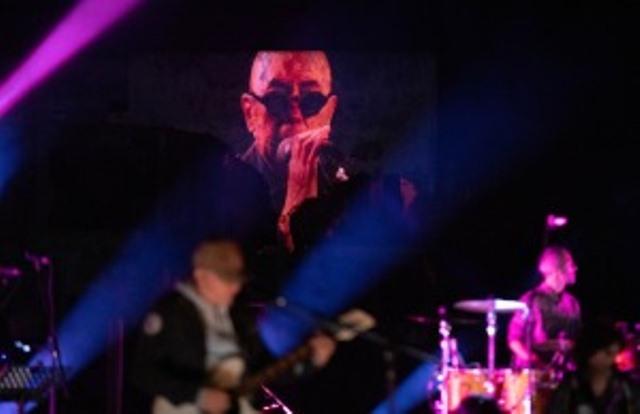El Indio Solari sorprende con dos estrenos en masivo show virtual de su banda acompañante