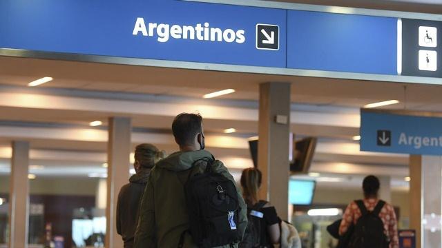 El pasajero que ocultó tener coronavirus está detenido y habrá sanción para la línea aérea