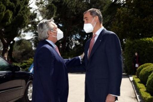El Presidente es recibido en España por el Rey Felipe VI y se reunirá con Pedro Sánchez